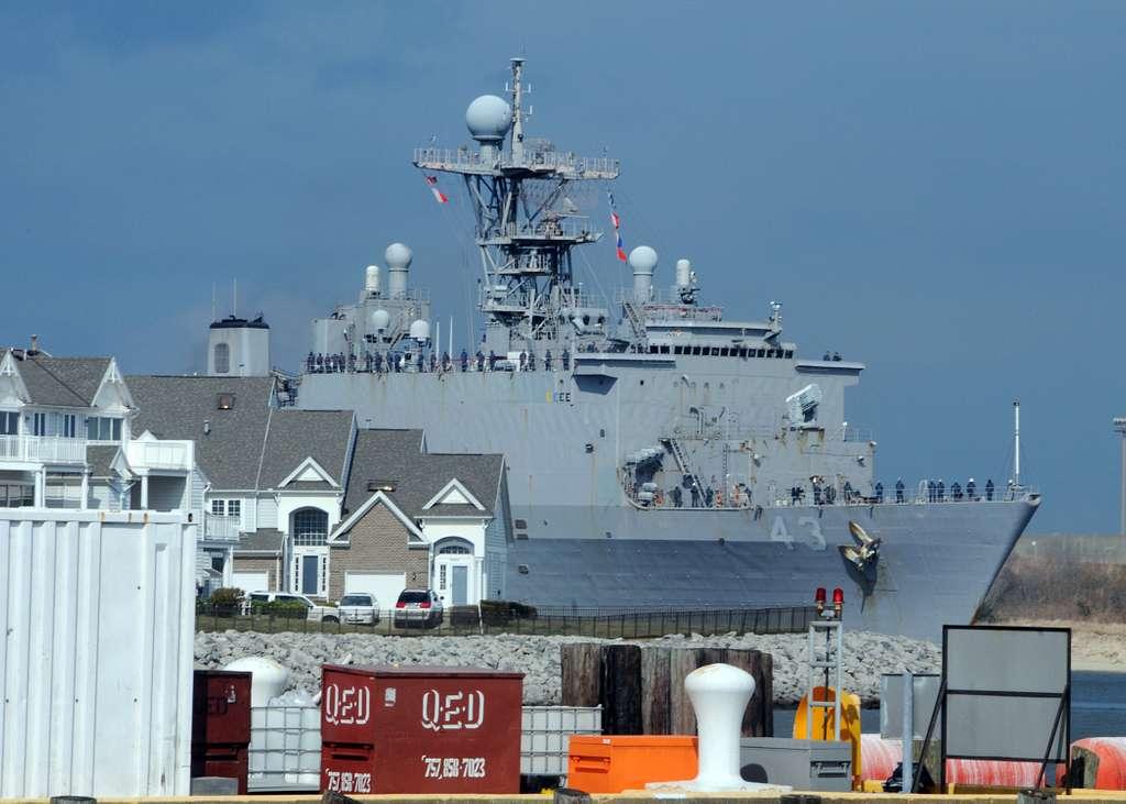 The amphibious dock landing ship USS Fort McHenry (LSD 43) arrives in Norfolk, Va.