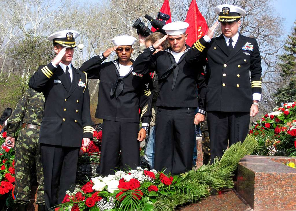 Cmdr. Mike Ruhsenburger , Boatswain's Mate 3rd Class Michael Horne, and Cmdr. Hermann Pfaeffle lay a wreath on the Tomb of the Unknown Sailor.