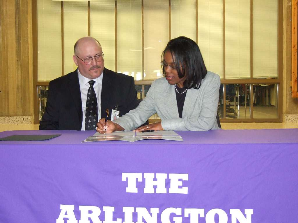 Steffanie Easter, Assistant Deputy Chief Of Naval Operations For Manpower, Personnel, Training And Education, signs a personal excellence partnership agreement with the Arlington Career Center.