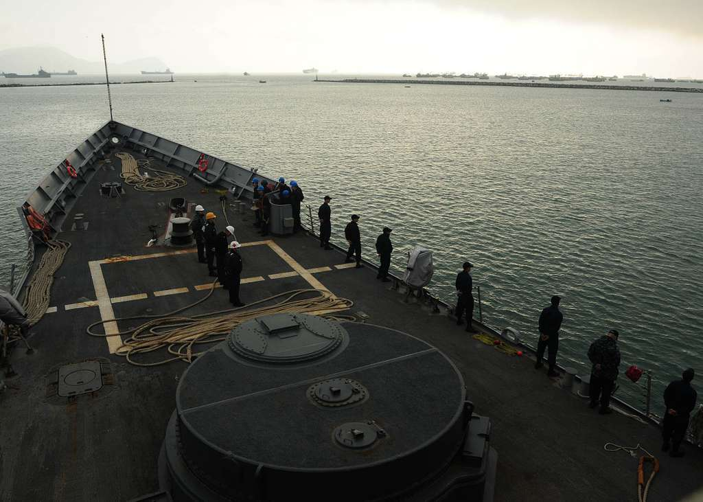 Sailors man the rails on the foc'sle aboard the guided-missile frigate USS Klakring (FFG 42) as the ship departs Lima, Peru
