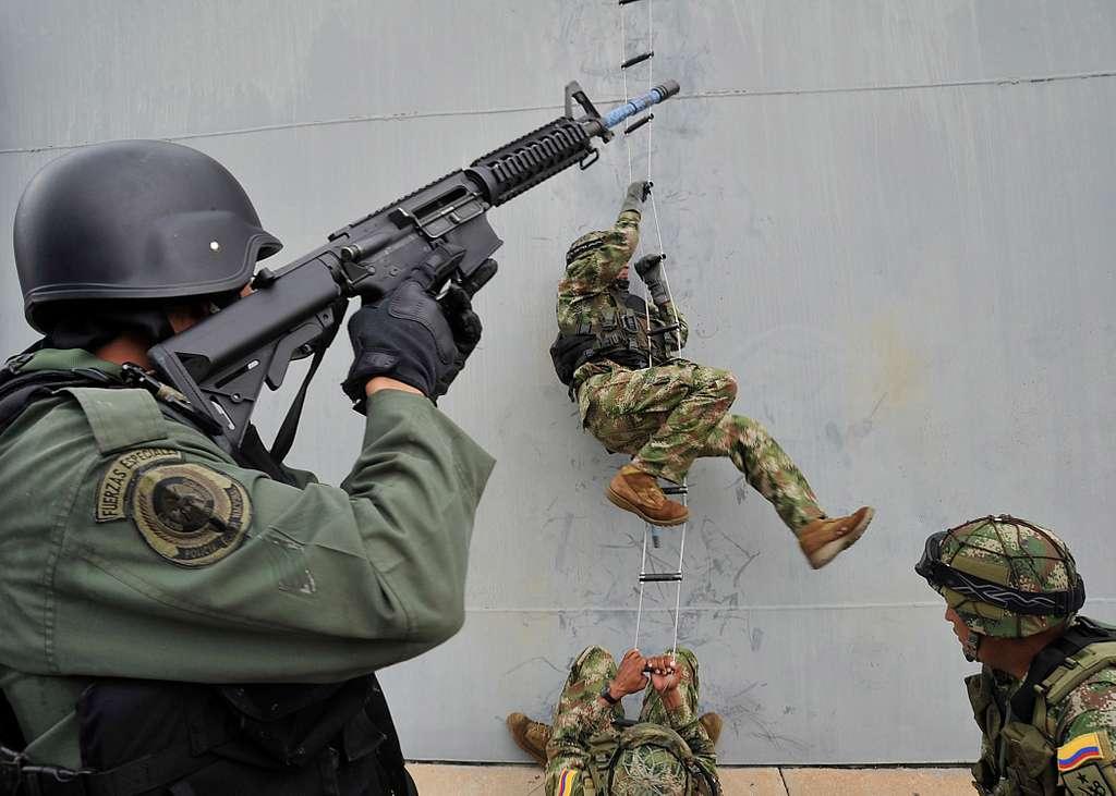 Members of Grupamento de Mergulhadores de Combate and Batallon de Fuerzas Especiales de Infanteria de Marina practice boarding a ship as part of PANAMAX 2010.