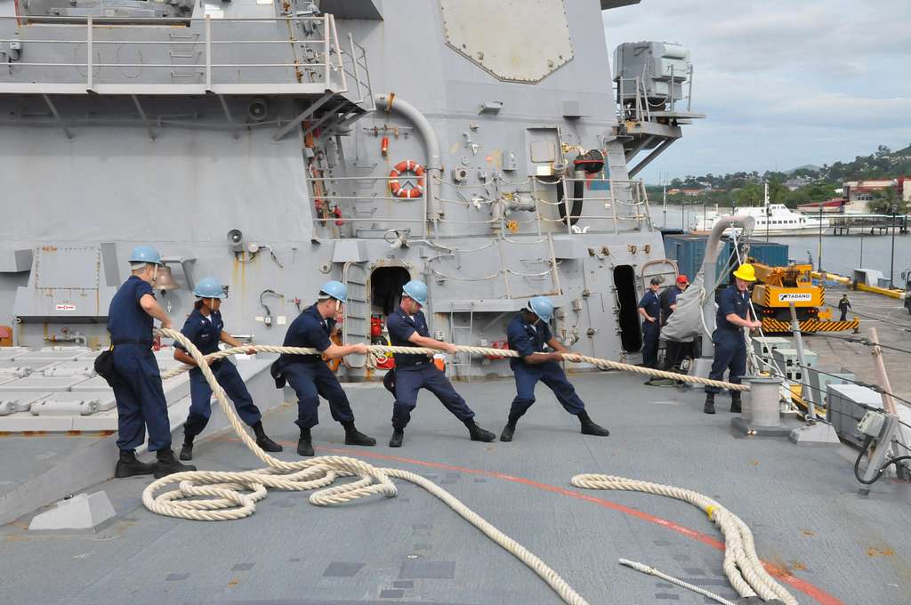 Sailors heave around lines on the foc'sle of the Arleigh Burke-class guided-missile destroyer USS Lassen (DDG 82)