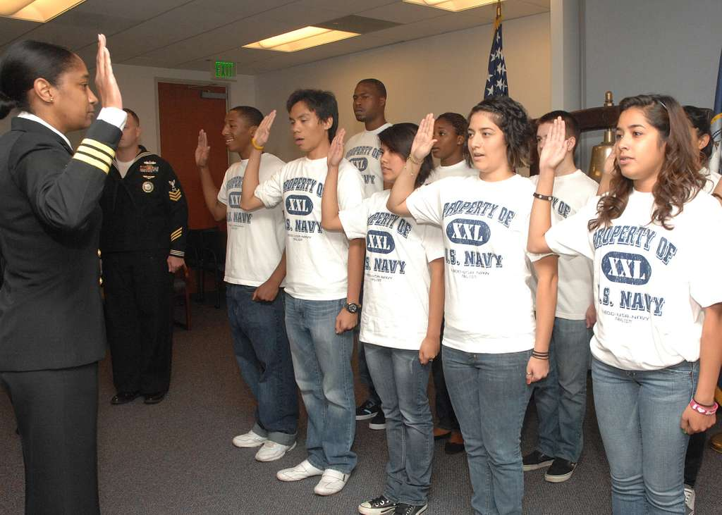 Cmdr. Michelle D. Carter, executive officer of Navy Recruiting District Los Angeles, administers the Oath of Enlistment to future sailors from the district.